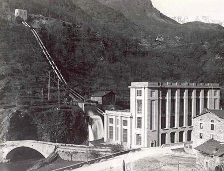 La Centrale di Cedegolo e la vasca di carico allo sfioro viste da sud-est, in una foto d'epoca (Foto Negri).